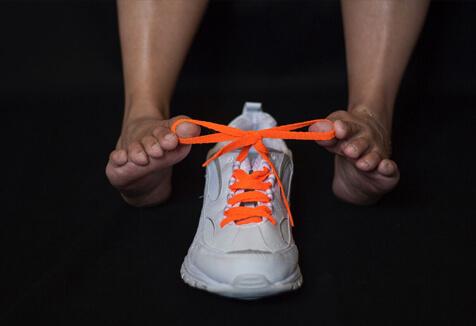 Jessica Cox tying a shoe