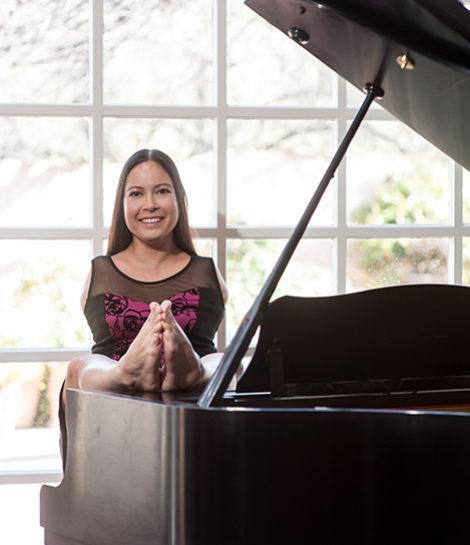Jessica Cox with a piano